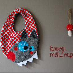 Baby bib original and fun with his pretty little wolf head! Baby Couture, Diy Presents, Boutique, Bandanas, Baby Sewing, Baby Patterns, Burp Cloths, Baby Bibs, New Baby Products