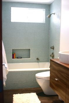 Alert: Penny Tile JPM Design: Trend Alert: Penny Tile JPM Design: Trend Alert: Penny Tile JPM Design: Trend Alert: Penny Tile 60 elegáns kis mester fürdőszoba átalakítás ötletek Design: Penny Tiles in the BathroomWhite Cabana Blue Penny Tile, Penny Round Tiles, Bathtub Shower Combo, Bathtub Tile, Shower Window, Shower Walls, Upstairs Bathrooms, Dream Bathrooms, Master Bathroom