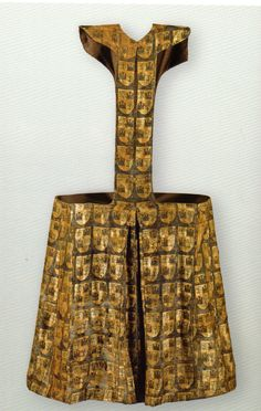 Pellote of Fernando de la Cerda from gold brocade, decorated by generic coat of arm, Convent Las Huelgas near Burgos Medieval Jewelry, Medieval Clothing, Historical Clothing, Women's Clothing, Middle Ages Clothing, Spanish Dress, High Middle Ages, Medieval World, Medieval Fashion
