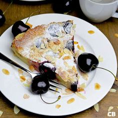 Have you ever made a French clafoutis? This cherry clafoutis with crunchy almonds is divine! (in Dutch) Clafoutis Recipes, Cherry Clafoutis, Dessert Recipes, Desserts, Almonds, Easy Meals, Sweets, Dutch, Baking