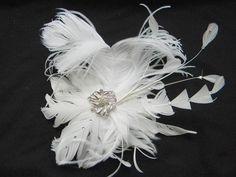 Maravilhoso fascinator para noivas diferenciadas e exuberantes. Complementa lindamente qualquer vestido. Repleto de Chatons de cristal Preciosa e um lindo broche completa a peça. única R$145,00