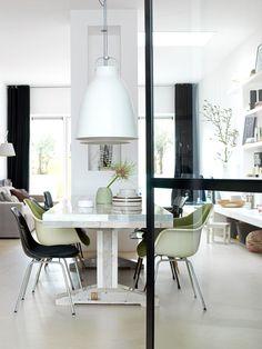 ik houd van dit soort glazen deuren, witte lampen, mooie stoelen....