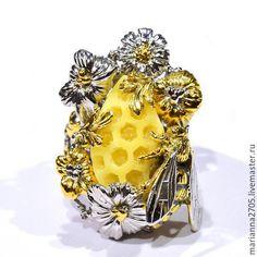 """Купить """"Медовое лето"""" кольцо с резным янтарем, цветами и пчелой - желтый, лимонный, Янтарный"""