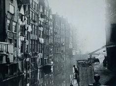 Amsterdam 1895   Deze foto is genomen vanaf de brug in de Spooksteeg. De huizen zijn de achterkant van de Zeedijk en de wal rechts is het begin van de Oudezijds Achterburgwal
