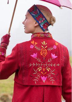 """Gudrun Sjödens Herbstkollektion 2015 - Dieser traumhaft bestickte Mantel mit Stehkragen ist ein Muss für jeden Kleiderschrank. Bestelle deinen """"Oda"""" Mantel aus herrlicher Wollqualität jetzt: http://www.gudrunsjoeden.de/mode/produkte/jacken-maentel/mantel-oda-aus-wolle"""