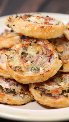 Cheese and Bacon Swirls It's everything delicious in your life, all rolled up into a cute little package. Ingredients: 1 pack all butter puff pastry, 5 back bacon rashers, sliced into 1 centimeter strips, tub cream… Aperitivos Finger Food, Fingerfood Party, Snacks Für Party, Party Nibbles, Party Finger Foods, Parties Food, Appetisers, Appetizer Recipes, Party Food Recipes