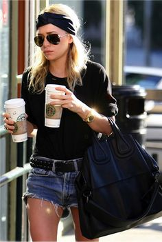 This week's celebrity style watch - Mary Kate and Ashley Olsen. I don't know anyone who doesn't love the Olsen twins and even more, their style. Ashley Olsen Style, Olsen Twins Style, Ashley Olsen Hair, Looks Style, My Style, Simple Style, Chill Style, Look Con Short, Estilo Hippie