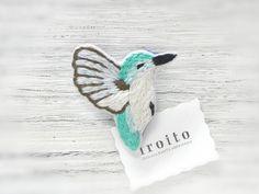マメハチドリの刺繍ブローチ by シマヅカオリ アクセサリー コサージュ・ブローチ