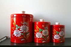 Canisters that pop (Ransburg). Vintage Canisters, Vintage Tins, Vintage Stuff, Vintage Kitchen, Retro Vintage, Granny Chic Decor, Vintage Cupcake, Cake Carrier, Oldies But Goodies