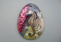 Der Seepferdchen ist auf einem Stein handbemalt und mehrfach lackiert.