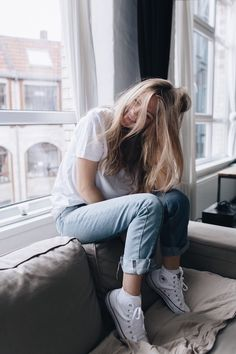 Summer Casual Look: White Tee with Denim Bottom Similar Style Available at SiiZU Outfit Stile, Mode Cool, Foto Casual, Instagram Pose, Disney Instagram, Inspiration Mode, Mode Outfits, Fashion Outfits, Tumblr Girls
