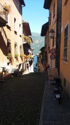www.bringhand.de/blog    In Italien findet man unzählige verwinkelte kleine romantische Gassen. Kennt ihr ebenfalls einige schöne Ecken?    #Italien #Cannobio #See #Lagomaggiore #Gasse #romantisch #spazieren #reisen #urlaub #erholen #sommer #essengehen #Schweiz #Dorf #Schweizer #Italiener #Bringhand #Pizza #Ecken #Folge #Frisch #Mediterran