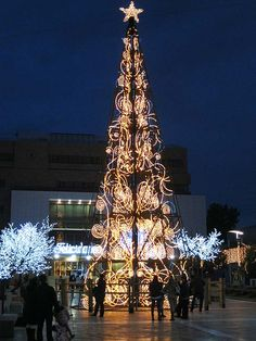 The Christmas tree in Fuengirola (Málaga). The Town Hall in the background. Árvore para a cena de arte completar com motivos de luz . Christmas In The City, Christmas Events, Christmas Time Is Here, Christmas Love, Outdoor Christmas, Beautiful Christmas, Holiday Tree, Holiday Lights, Xmas Tree