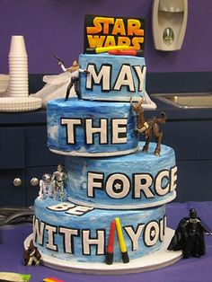 Gateau Star Wars Que La Force Soit Avec Toi (see more on http://www.tranchesdunet.com/gateaux-special-geek/ )