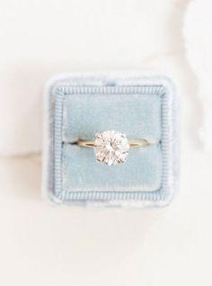 Fabulous diamond engagement ring | fabmood.com #solitaire #vintage #diamond #engagementring #diamondengagementring #ovalring #engagement
