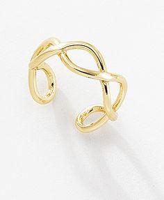 Las delicadas ondas de este sofisticado anillo medio ajustable, con 4 baños en oro de 18 kt envuelven y acarician el dedo de la persona que lo porta. Lúcelo con dos anillos medios más del mismo estilo y uno anular. Modelo: 116247