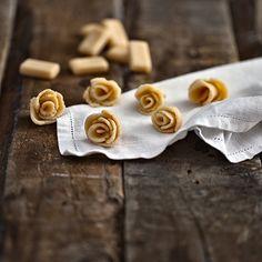Klassisesta kermakaramallista syntyvät kauniit ja maukkaat ruusukoristeet, joilla hemmottelet lähimmäistäsi tai koristat kakut ja jälkiruokaherkut.