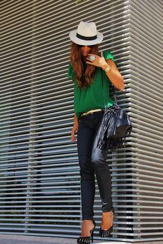 Den Look kaufen: https://lookastic.de/damenmode/wie-kombinieren/kurzarmbluse-enge-jeans-pumps-beuteltasche-hut-guertel-sonnenbrille-uhr/4677 — Weißer Hut — Dunkelbraune Sonnenbrille — Goldene Uhr — Grüne Kurzarmbluse — Goldener Ledergürtel — Schwarze Leder Beuteltasche — Schwarze Leder Enge Jeans — Schwarze und goldene Wildleder Pumps
