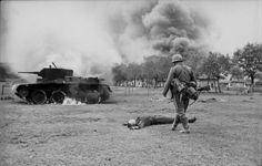 Bundesarchiv Bild 101I-020-1268-36, Russland, russischer Gefallener, Panzer BT 7,.jpg