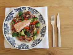 GEZONDE WOKMAALTIJD MET ZALM EN NOODLES Met verse zalm uit de oven in zijn pure vorm. En daarbij een kleurrijke groentemix en noodles, met een homemade Aziatisch woksausje met verse knoflook, peper en gember.