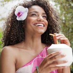 Kokoswater is een verfrissend gezond drankje. Je hoeft tegenwoordig geen hele kokosnoot te kopen als je van het water wilt genieten. Het is gewoon te koop in de supermarkt en je kan het puur of met toevoeging van een ander sap drinken. Hier zijn een paar belangrijke voordelen van het drinken van kokoswater.