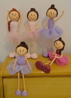Kit composto por 5 bailarinas em posições diversas, podendo ser personalizadas cores de roupa e cabelos, para compor mesa decorada de festa tema Bailarina. As bonecas são modeladas em porcelana fria (biscuit) e possuem ente 30 e 35 cm de altura as bonecas em pé. As bailarinas avulsas custam R$ 32,00. No ato do fechamento favor informar o cep para cálculo do frete, que é por conta do cliente. Obrigada! R$ 125,00