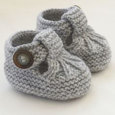 Baby Knitting Patterns Hand Knitted Baby Shoes-Booties Baby Knitting Patterns Source : Hand Knitted Baby Shoes-Booties by Baby Knitting Patterns, Baby Booties Knitting Pattern, Crochet Baby Shoes, Crochet Baby Booties, Knitting For Kids, Baby Patterns, Hand Knitting, Baby Pullover, Baby Cardigan