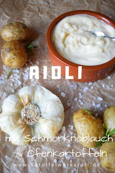 Der scharfe Geschmack des Knoblauchs verschwindet durch das schmoren und es ensteht ein angenehmer leicht süßlicher Knoblauchgeschmack. Die Kartoffeln habe ich zusammen mit dem Knoblauch im Backofen gegart und währenddessen die Aioli zubereitet.