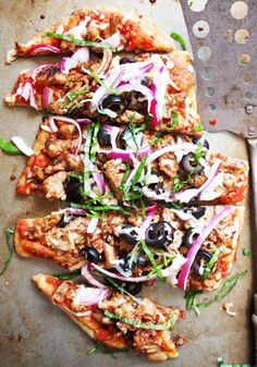 Loaded 21 Day Fix Pizza - This delicious pizza piled high with meat and veggies will trick your brain and stomach into thinking you are indulging in some good old junk food! TheGarlicDiaries