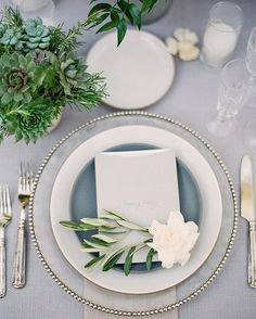 The softest greys mixed with pops of white and greens are the dreamiest wedding reception inspiration. Wedding Styles, Wedding Colors, Tabletop, Table Top Design, Wedding Plates, Wedding Place Settings, Wedding Pinterest, Simple Flowers, Decoration Table
