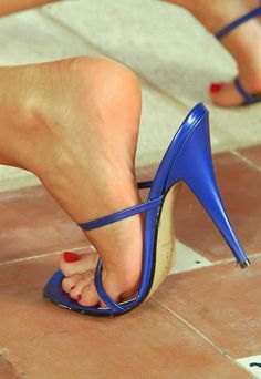Bare feet in flip-flops, mules, pumps, flat pumps and clogs. Sexy Legs And Heels, Hot High Heels, Womens High Heels, Beautiful High Heels, Gorgeous Feet, Sexy Zehen, Talons Sexy, Frauen In High Heels, Pantyhose Heels