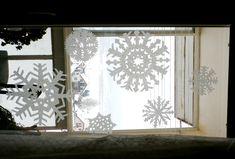 Tieto vločky, vlastne skôr vločiská, si vystrihnete veľmi jednoducho z naskladaných servítok. Ich pripevnenie na okno je tiež jednoduché a bez zašpinenia skla – obyčajnou vodou! Ňou treba štetcom jemne pretrieť servítku priloženú na okno a po zaschnutí zostane pevne držať. Frame, Home Decor, Picture Frame, Decoration Home, Room Decor, Frames, Home Interior Design, Home Decoration, Interior Design