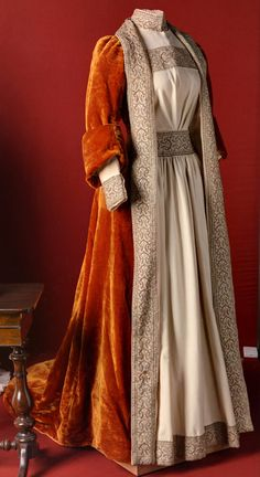 Velvet embroidered tea gown, ca. Worn by Empress Maria Feodorovna of Russia and in the collection of the State Hermitage Museum ♥️ 1890s Fashion, Edwardian Fashion, Vintage Fashion, Bohemian Fashion, Gothic Fashion, Asian Fashion, Vintage Gowns, Mode Vintage, Vintage Outfits