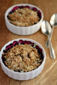 This lightened up version of a traditional blueberry crisp features less sugar and butter. Made with whole grain oats, whole wheat flour, and antioxidant rich blueberries it's a guilt-free summer dessert. Blackberry Crisp, Blackberry Recipes, Healthy Dessert Recipes, Delicious Desserts, Diabetic Desserts, Healthier Desserts, Ww Recipes, Healthy Foods, Yummy Food