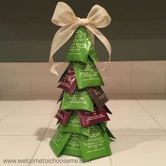 Tea Bag Christmas Tree Looking for a creative gift for a tea drinker? This Tea Bag Christmas Tree comes together quickly and makes for a charming gift. Christmas Baskets, Office Christmas, Christmas Bags, Diy Christmas Gifts, Christmas Decorations, How To Make Christmas Tree, Xmas Tree, Tree Bag, Diy Weihnachten