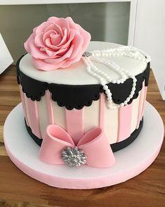 #victoriasecretcake #donderita #bridalshowercake #cakedesign