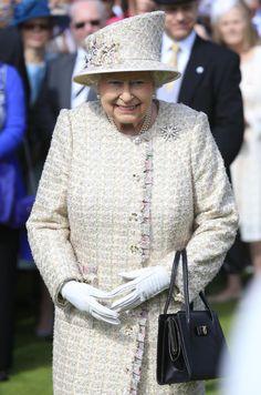 Queen Elizabeth II Photos - Queen Elizabeth II Hosts Garden Party at Buckingham Palace - Zimbio