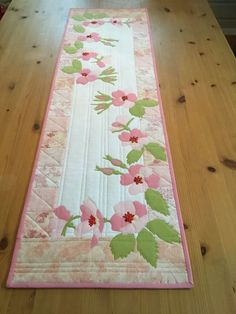 Different kind of flowers trailing across – nahen Table Runner And Placemats, Table Runner Pattern, Quilted Table Runners, Quilting Projects, Quilting Designs, Mug Rug, Different Kinds Of Flowers, Place Mats Quilted, Quilted Table Toppers