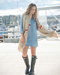 Robe en denim  foulard  bottes de pluie : on tripe sur ce look d'automne inspirant!  #lookdujour #ldj #denimdress #jeans #scarf #ootd #outfitideas #outfitinspo #inspiration #fallfashion #style #regram  @jsangsterr