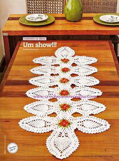 caminho de mesa com ananás e flores de croche em croche com receitas