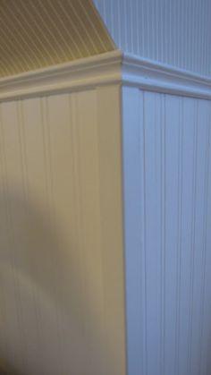 #Wandgestaltung #Treppenhaus #Holzpaneele #Streifentapete ...