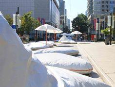 'Pop Rocks: Soft Urban Boulder Field' Installation | Matthew Soules Architecture + AFJD Studio | Vancouver | Un arredo urbano morbido fatto da due materiali reciclati: imballaggi in polistirolo e tessuti di vetro rivestito in teflon.