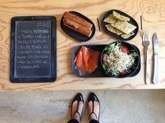 Menu du jour 05/05 - Salade tout bio : Tomates + mâche + pousses d'Alfalfa - Truite fumée bio - Crackers Vegan home-made (par Claire) selon une recette de Marie Lafôret : Epautre + loves noires + graines de courge - Pain de sucre de CHAMBELLAND