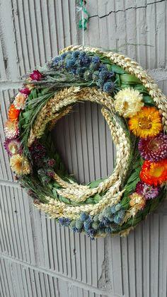 Opadané lístie, zber húb, zeleniny a ovocia, to všetko je znakom jesennej atmosféry. Ak hľadáte nejaké dekoračné predmety s nádychom jesene, ste na správnom mieste. Shabby Chic Christmas Decorations, Fall Door Decorations, Autumn Wreaths, Christmas Wreaths, Couronne Diy, Corona Floral, Welcome Wreath, Arte Floral, Summer Wreath