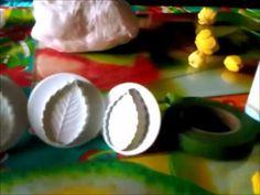 Zelf koud porseleinklei maken, benodigdheden: - witte vloeibare lijm (schoollijm, houtlijm of andere lijm), maizena, baby olie, azijn, nivea creme  of andere koude creme. Evenveel maizena als lijm gebruiken MAAR 1: maak niet kleine hoeveelheden, dan gaat het fout in de magnetron (chemische reactie) 2: doe iets minder maizena erbij, anders word het te brokkelig. Nieuwe maken die te zacht is en die erdoorheen mixen. Meer over het kleuren http://www.youtube.com/watch?v=hWFVW0sL2eE