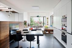 Melbourne house that connects with its exteriors_