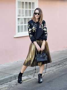 Gold Pleated midi skirt outfit – Bang on Style - Christmas Deesserts Midi Rock Outfit, Midi Skirt Outfit, Rock Outfits, Skirt Outfits, Jumper Outfit, Pleated Midi Skirt, Sporty Look, Autumn Winter Fashion, Street Style