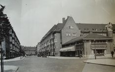 1938 - A view of the Achillesstraat in Amsterdam-Zuid. On the right a store of grocery store chain P. Amsterdam, Old Pictures, Scenery, Louvre, Germany, Grocery Store, City, Building, Nostalgia