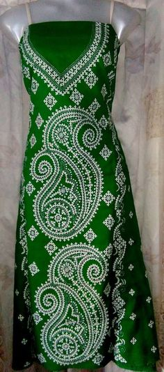 ideas for embroidery designs indian neck Hand Embroidery Dress, Embroidery Hearts, Embroidery Neck Designs, Embroidery Works, Indian Embroidery, Embroidery Flowers Pattern, Folk Embroidery, Kurta Designs, Blouse Designs