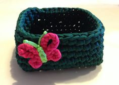 Cute idea for an Easter basket. ~ Cesto cuadrado de trapillo